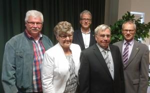 Ortsvorsteher Helmut Kaulard gratuliert den Jubilaren