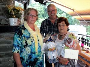 Ortsvorsteher Helmut Kaulard und seine Frau Elfie gratulieren der Jubilarin!