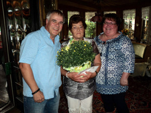 Im Namen des Ortskartells gratulieren Stefan und seine Frau Marlene Steinebach.
